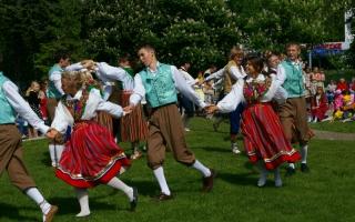 Rahvatants Rüütli platsil_ Folk dancing on Rüütli square
