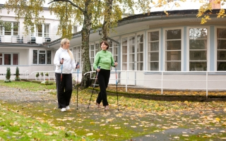 Kepikõnd õueaias_ Nordic Walking in the courtyard